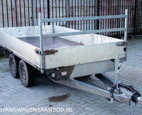Een gebruikte plateauwagen met aluminium borden