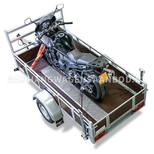 Gewone open aanhangwagen ingericht voor het vervoer van een motor