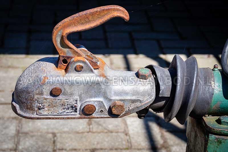 Koppeling met versleten rubber van tweedehands aanhangwagen
