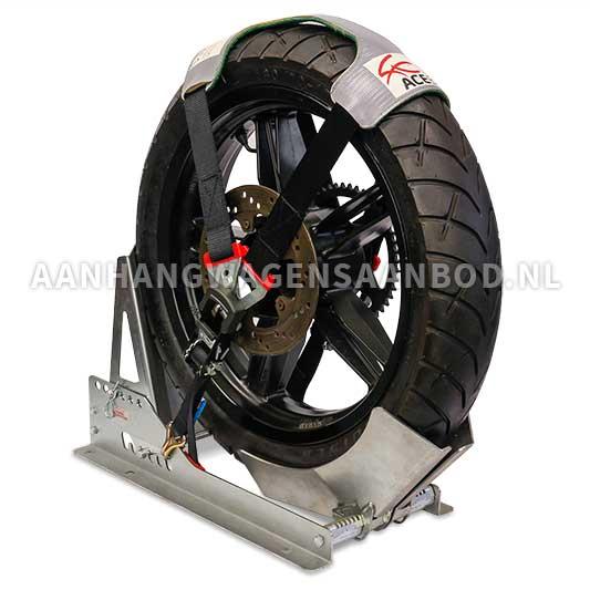 Accessoires zoals motorspanband en motorsteun voor het vervoer van een motorfiets op een aanhangwagen