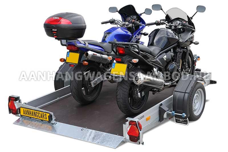 Humbaur HKT zakbare motortrailer met twee motoren op de laadvloer