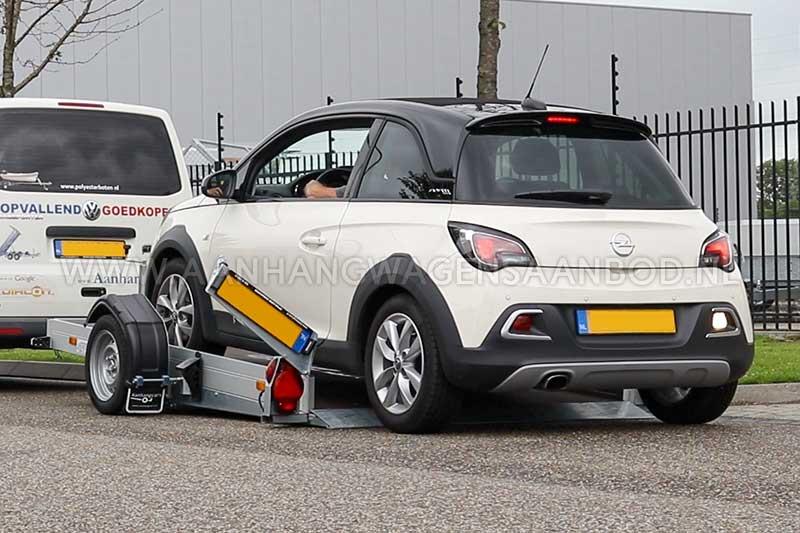 Auto rijdt zakbare aanhangwagen op zonder oprijplaten