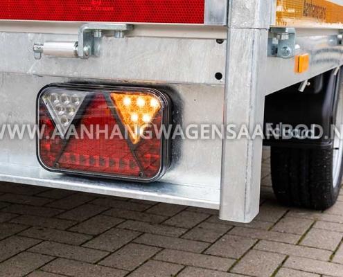 Rechter achterzijde van een aanhanger die is voorzien van LED verlichting